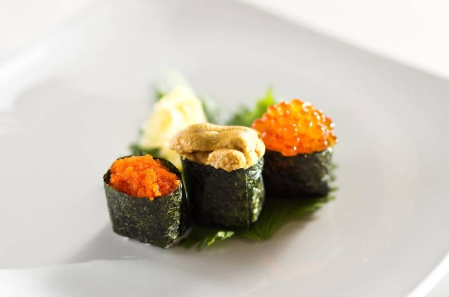 Sushi tradicional de ovas e ouriço