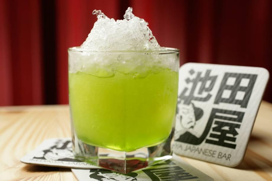 Midori drink: mix de licor de melão, suco de abacaxi e gelo raspado.
