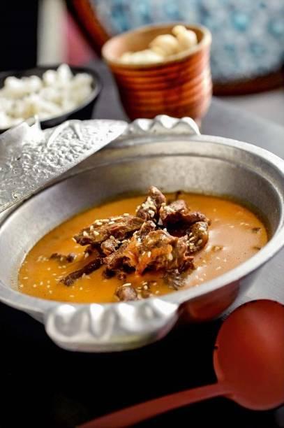 Picante e saboroso kampuchea: tiras de filé-mignon no curry vermelho com cenoura