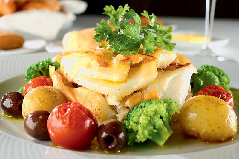 Versão em postas com batata, brócolis, azeitona e tomate