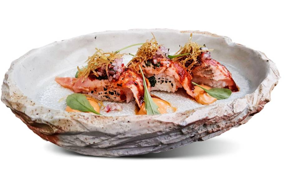 Mariscos e niguiri de salmão ao molho anticuchera de pimenta aji panca