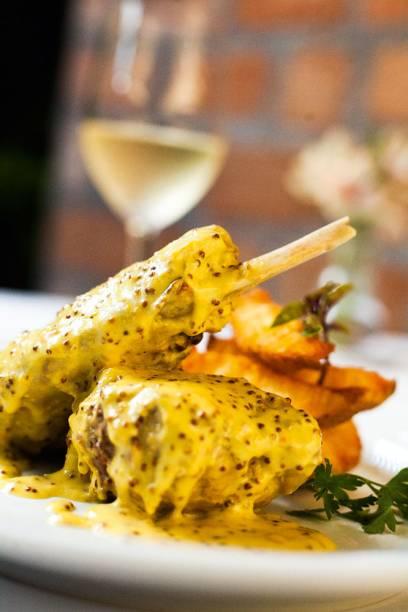 Quase vinte novidades: coelho ao molho de mostarda servido com batatas rústicas douradas