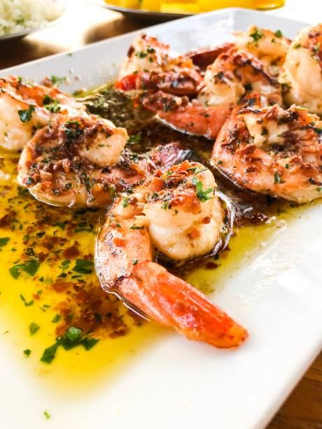 Camarão no menu especial: apelidado de biquíni, é grelhado ao alho e óleo e guarnecido de arroz e batata sautée