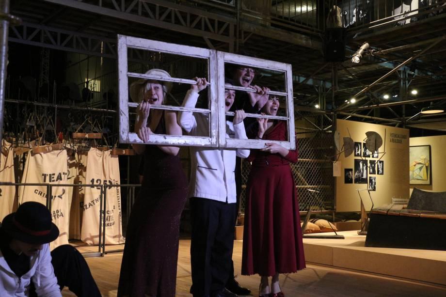 Artistas representam diversas performances criadas por Kantor