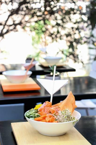 Prato do Hi Pokee: salmão, pepino, cenoura, manga, broto de alfafa e massa frita