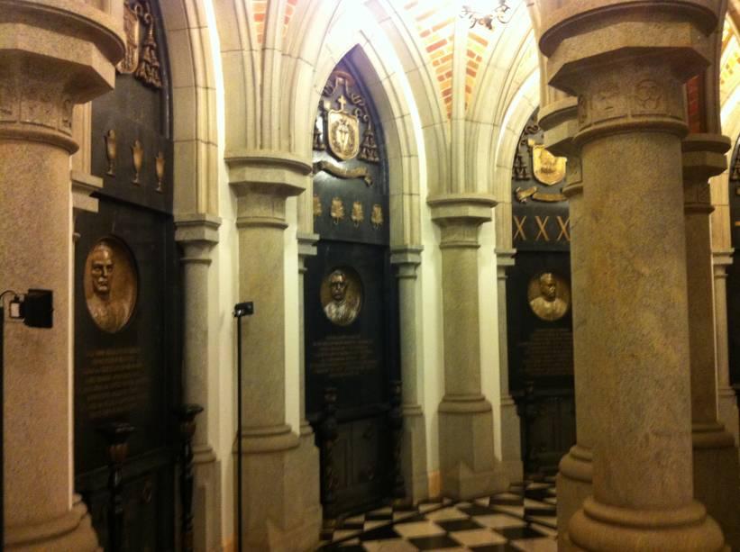 A cripta foi construída exatamente sob o altar da igreja