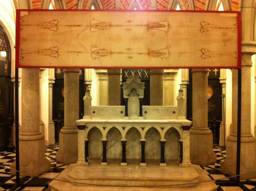 Réplica do Santo Sudário está exposta no altar da cripta