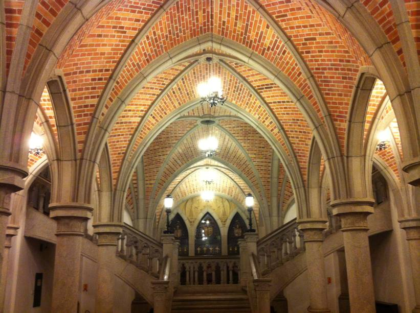 O teto da Cripta da Sé é todo feito de tijolinhos no mesmo estilo da Catedral