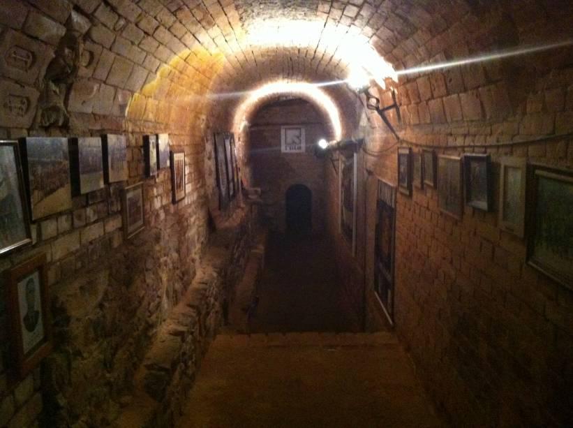 O subterrâneo de terra batida e pouca luz possui um clima pesado e pouco arejado