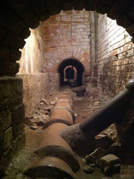Uma das passagens fechadas do túnel