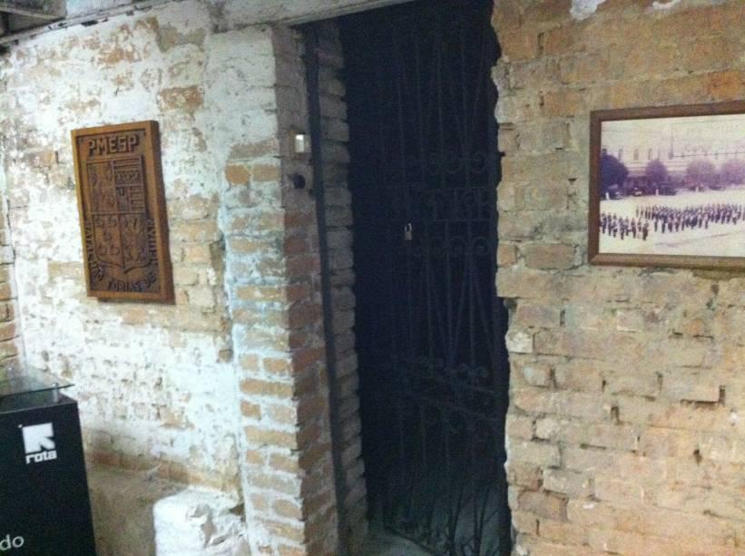 Duas celas fechadas serviam como salas de reunião dos policiais