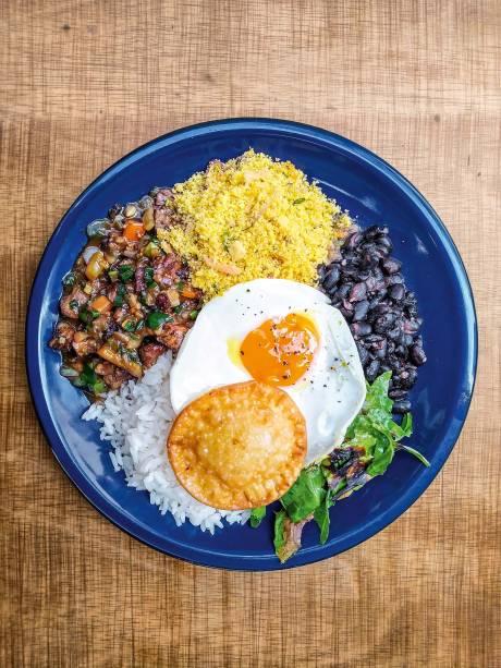 Picadinho de filé-mignon: acompanha ovo estalado e pastel de queijo