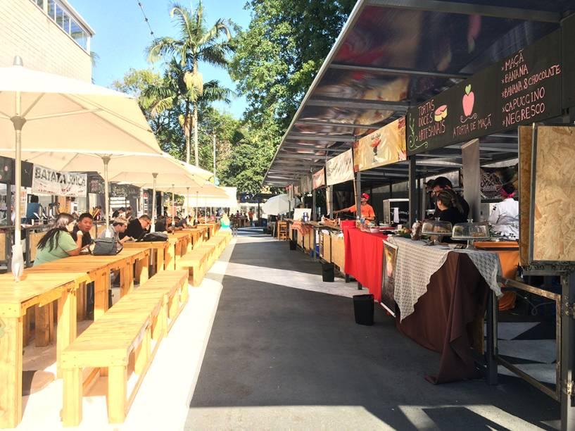 Piknik Faria Lima: bancos e cadeiras de madeira acomoda o público