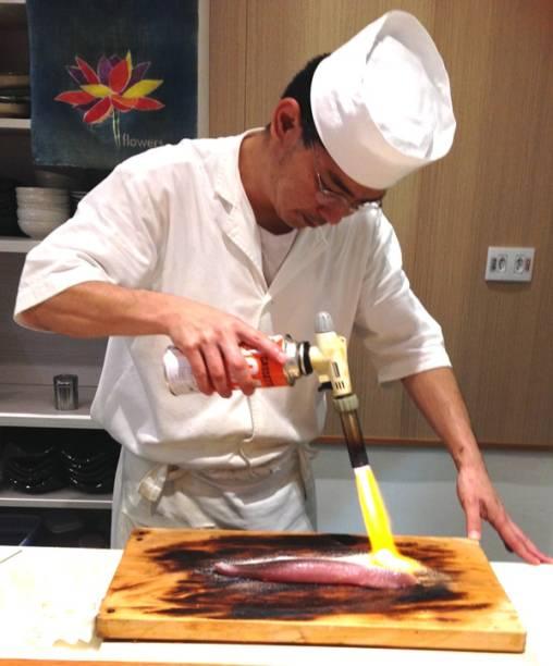 O sushiman Egashira em ação flambando o peixe