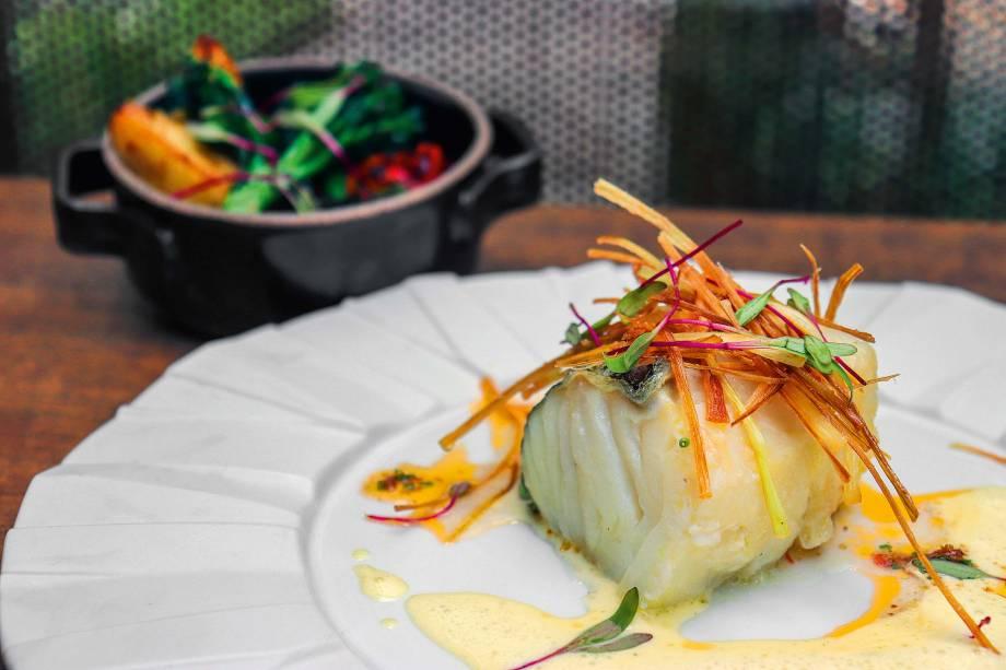 Bacalhau: feito no forno Josper, o lombo do peixe acompanha crisps de alho-poró