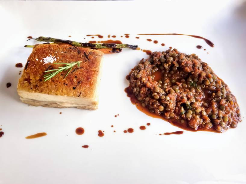 Barriga de leitoa com lentilha