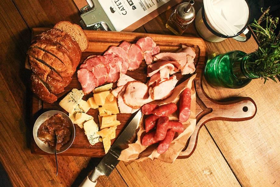 Tábua hog jaw: com itens de javali, queijos, pão e geleia de figo