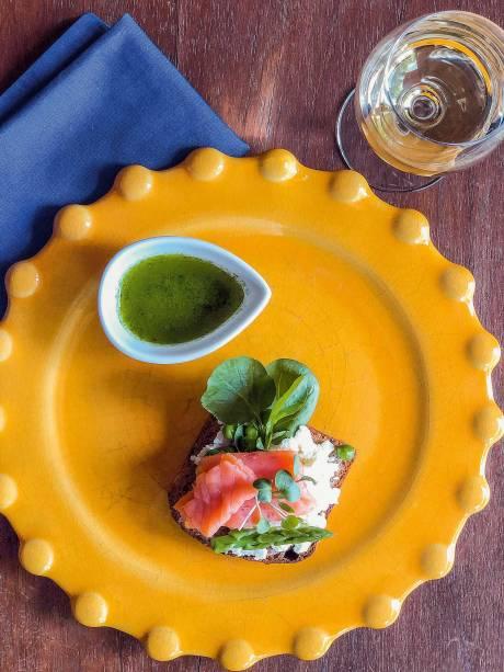 Entrada: tartine de salmão defumado, disponível em menu harmonizado