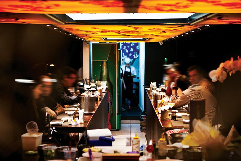 O salão do bar oriental: opções de teishoku