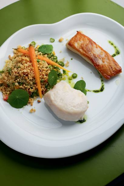 Contraste: peixe, lombo cozido no vapor e a barriga dourada em manteiga de castanha