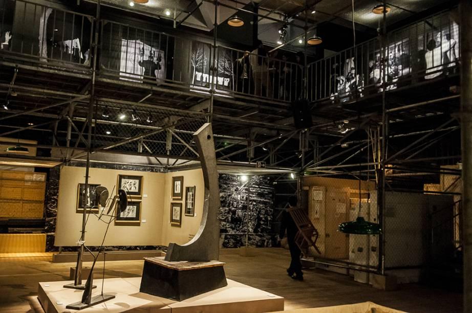 Andaimes, caixas e grandes formam a estrutura da mostra e levam para o universo do dramaturgo