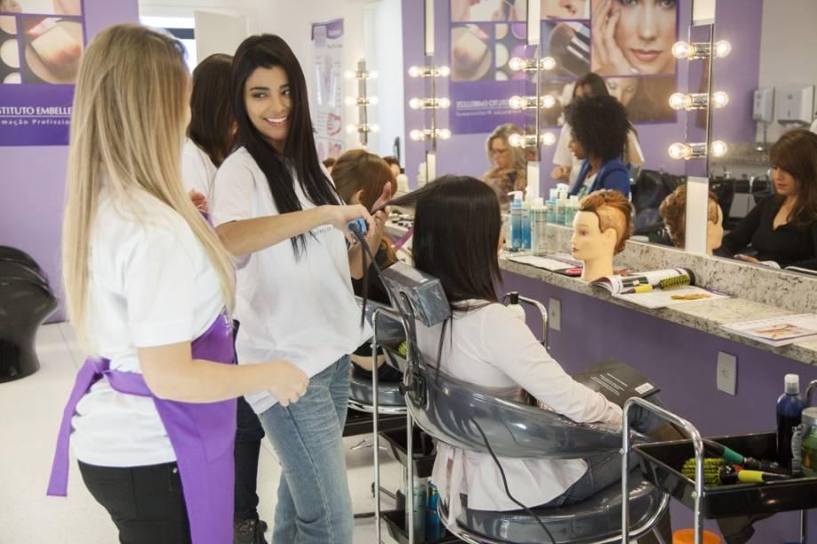 Instituto Embelleze: penteados, manicure, pedicure, maquiagem, design de sobrancelhas e cortes de cabelo