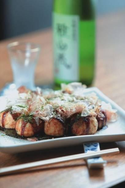 Sucesso na feirinha de fim de semana do bairro japonês, o takoyaki, bolinho feito com massa de cará e recheio de polvo, também pode ser encontrado na casa