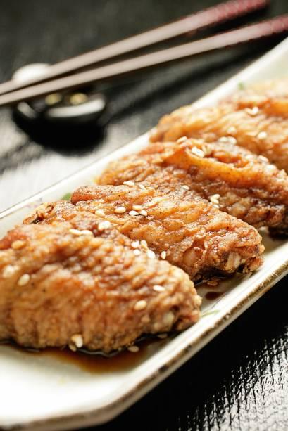 Asinhas de frango fritas em caldo adocicado