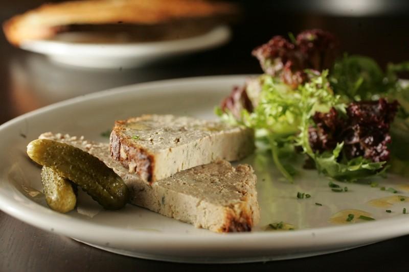 Terrine campagne com foie gras acompanhada de salada verde com nozes e torradas