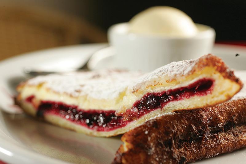 Rabanada à francesa: recheada de geleia de frutas vermelhas chega à mesa na companhia de sorvete de baunilha.