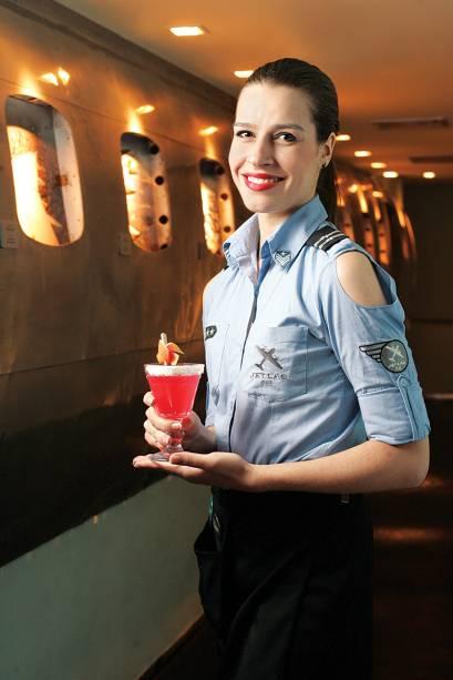 A atendente Cinthia Bessa, vestida de aeromoça