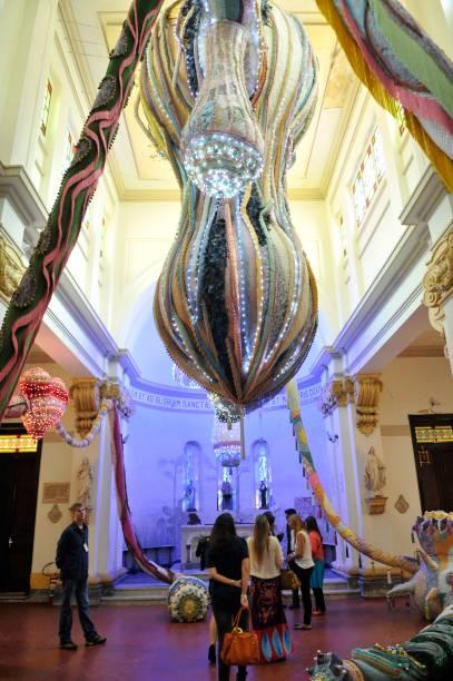 A instalação Valquíria Matarazzo, de Joana Vasconcelos, ocupa toda a capela