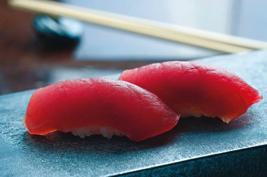 No japonês Jun Sakamoto: bolinhos de arroz cobertos por fatias de atum