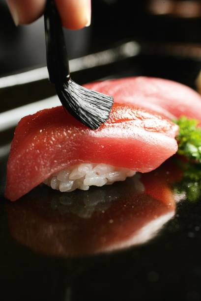 Sushi de atum: o pincel ajuda a manter o shoyu no peixe, não no arroz