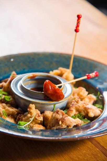 Inspiração oriental, o frango empanado conhecido como karaague vem como o ardidinho molho de kimchi