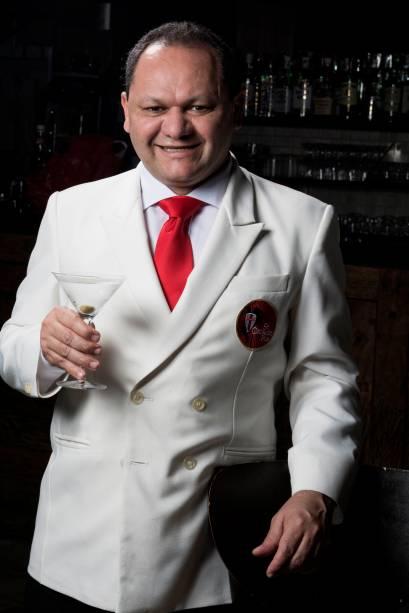 Um dos barmans mais famosos da cidade, Kaskão prepara drinques no pub