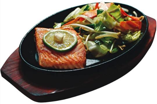 Teppan yaki de salmão: guarnecido de vegetais al dente