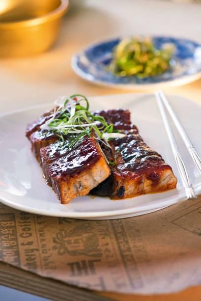 Pancetta glaceada com molho agridoce picante: clássico coreano com influência francesa