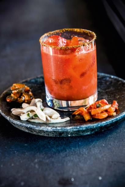 Bloody mary: drinque leva suco de tomate temperado com kimchi e vem com um trio de petiscos variados