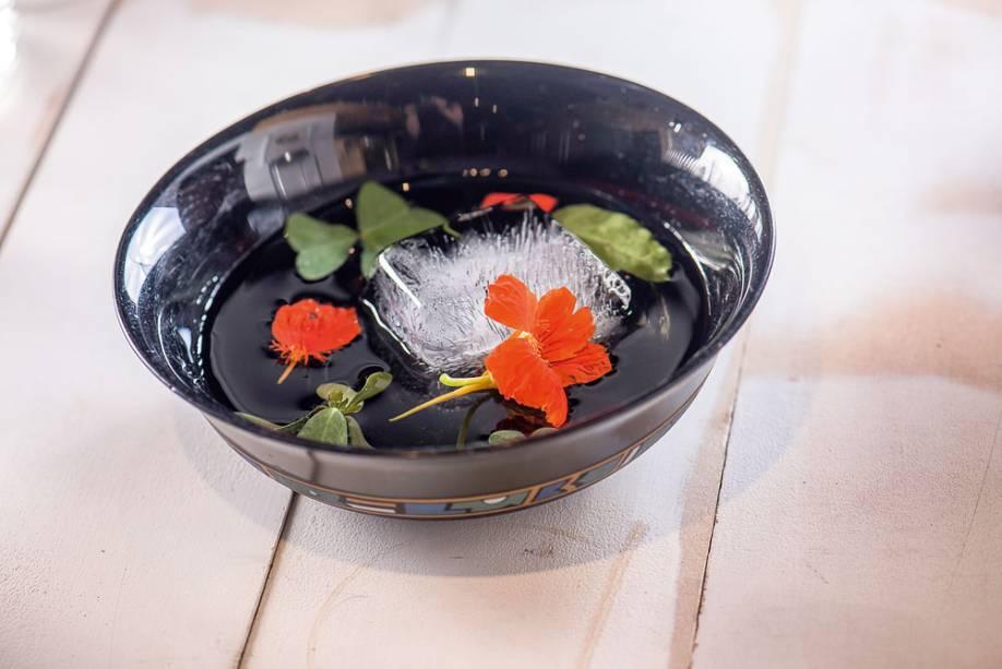 Drinque na cumbuca: o garden groove combina soju, gim, vermute seco e jerez com brotos e flores orgânicos