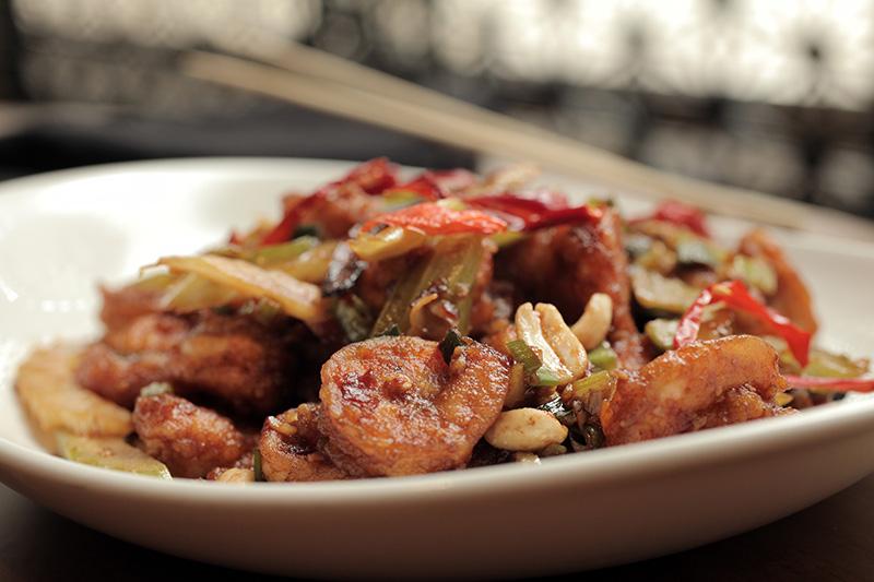 O kung pao shrimp mistura camarão, salsão e amendoim