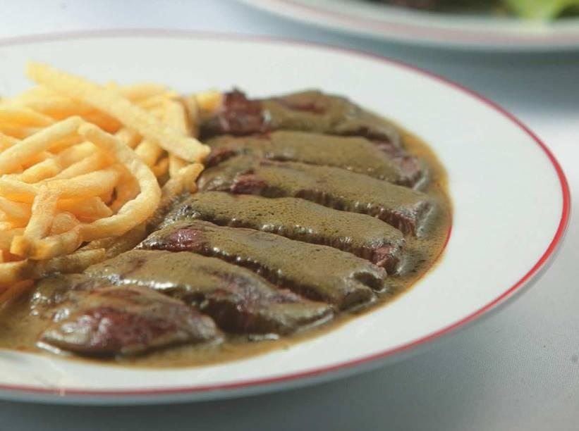 No entrecôte, único prato no cardápio, o bife de contrafilé é coberto por um molho untuoso e acompanhado de fritas