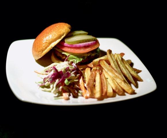 O hankyspanker: cheese salada ao lado de fritas e salada de repolho