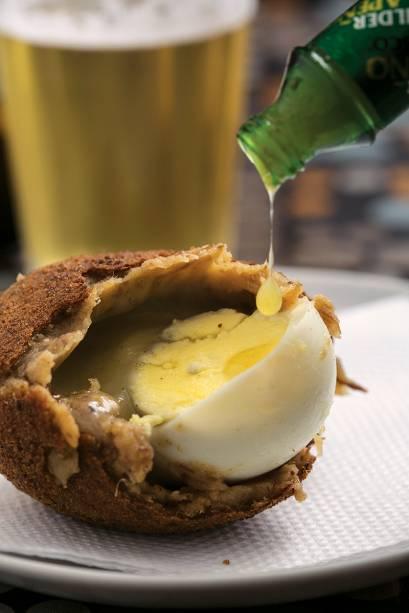 Bolovo: meio ovo cozido envolto em massa de carne de panela e batata mais mussarela
