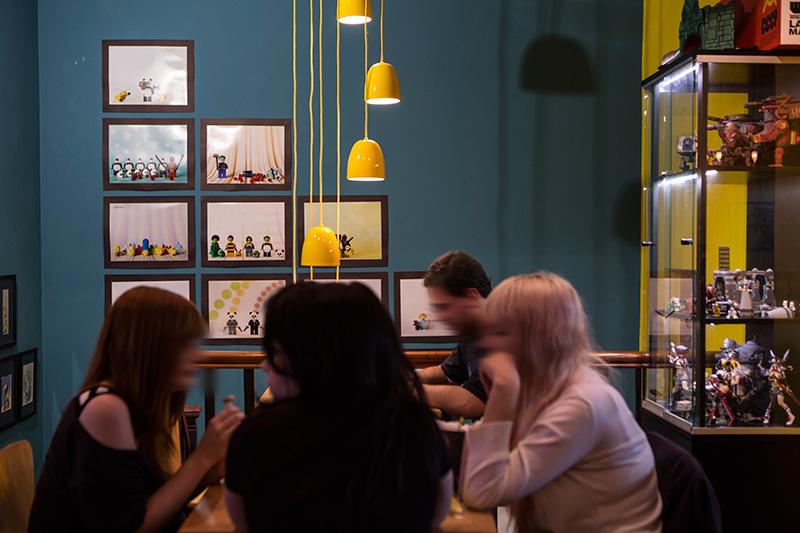 Com todo jeitão de quarto de adolescente, o bar é cheio de quadros com ilustrações divertidas