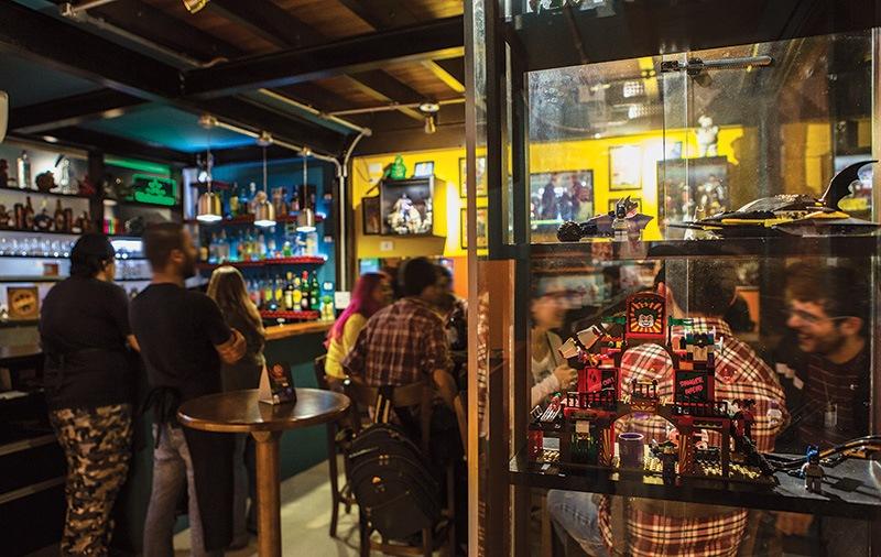 O salão, cheio de prateleiras com miniaturas: temática nerd