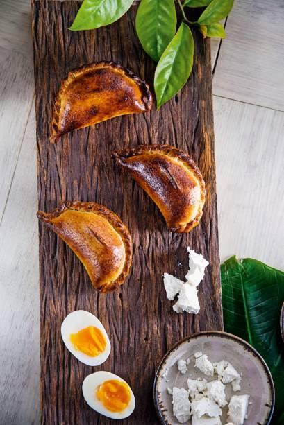 empanada: flocos de quinoa e azeite com recheio de taioba, ora-pro-nóbis, ricota e ovo caipira