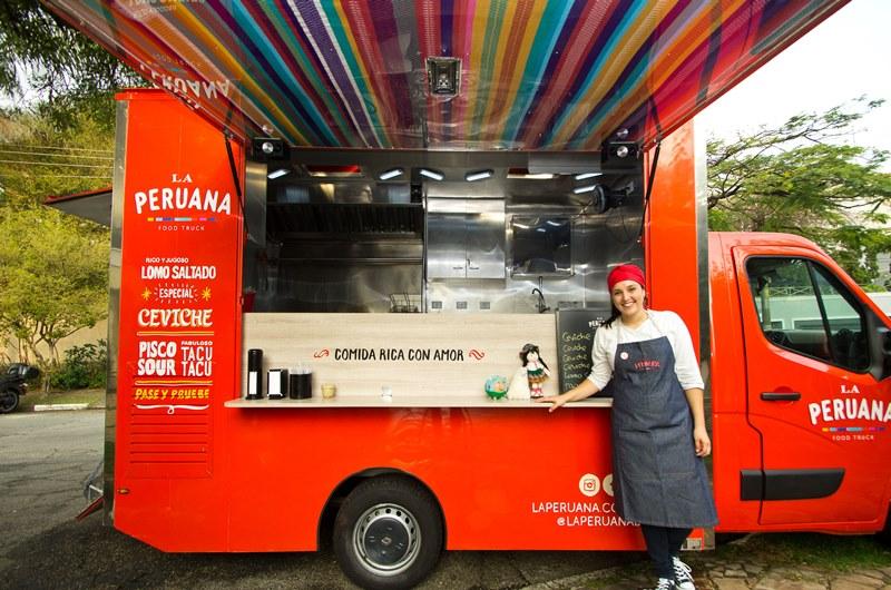 A peruana Marisabel Woodman estaciona seu food truck na Praça Charles Miller neste domingo (23)