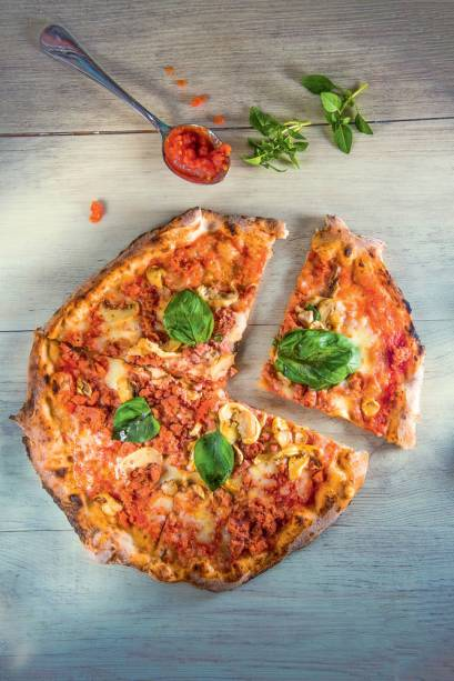 La Pizza di Eataly por Rossopomodoro: cogumelos, linguiça artesanal moída, mussarela e manjericão são combinados sem exagero, para não roubar o sabor da massa