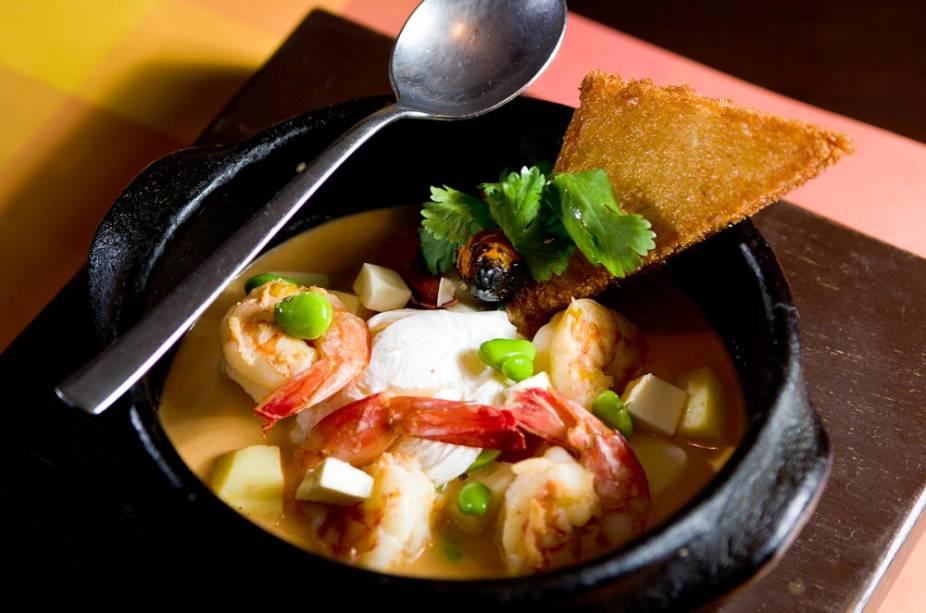 Chupe peruano com camarões, arroz, queijo fresco, favas verdes, ovo pochê e pão frito